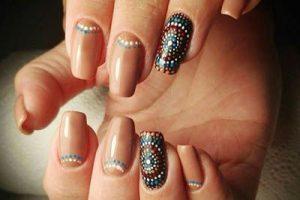 Лунный маникюр на нарощенных ногтях